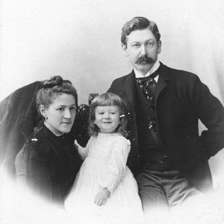 Susan Lovecraft (left), Winfield Scott Lovecraft (right), H. P. Lovecraft (center); 1892
